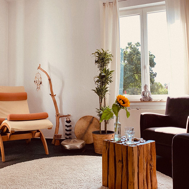 Praxisraum Birgit Funk, Schaukelstuhl, Sessel, Sonnenblume, Traumfänger, Fenster, Pflanze, Teppich