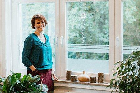 Birgit Funk steht am Fenster